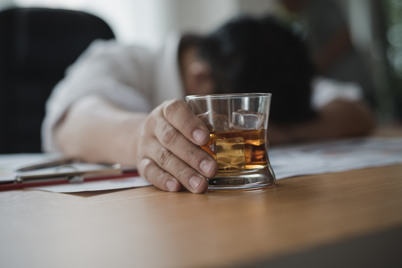Dependência alcoólica: sintomas e como tratar